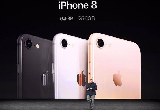iPhone8 的创新力度并未让消费者满意,发布后苹果股价下跌。@视觉中国