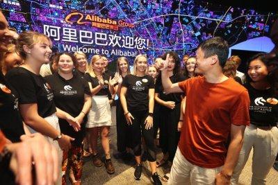 马云勉励来访学生:做勇气、责任和智慧的大使