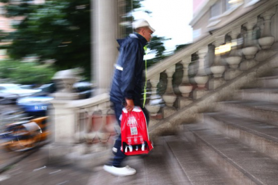 快递小哥众生相:暴雨中的外卖小哥保障送达最帅