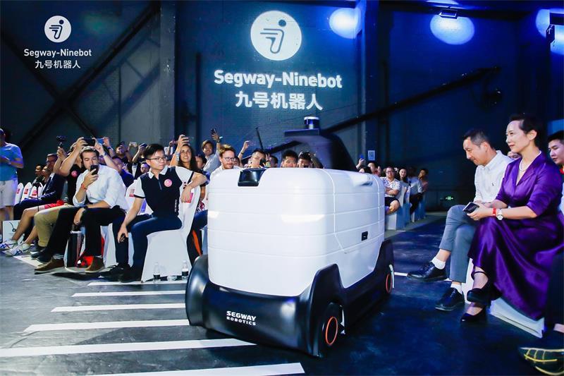九号机器人发布AI新品 推出配送机器人和载人机器人